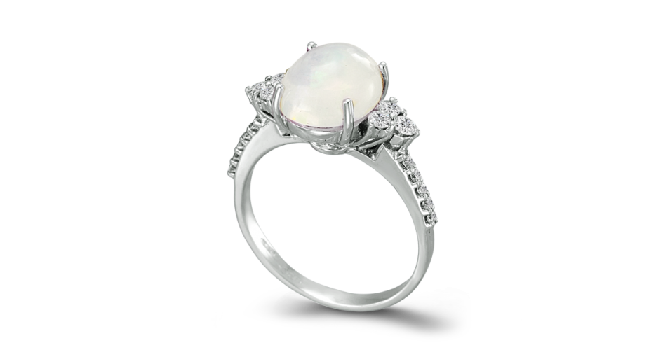Ring with white Opal and 3 Diamonds in each side